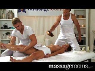 充滿活力的kalea泰勒在色情按摩由兩個男人