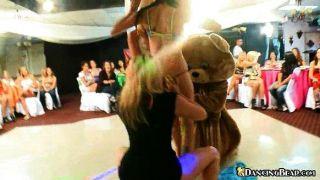 寶貝變得赤身裸體,然後在熊上跳舞