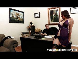 豐滿的秘書kiera國王引誘她的老闆