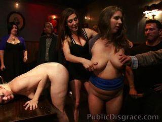 妓女在酒吧骯髒和性交