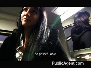 公共代理佩妮洛在火車上