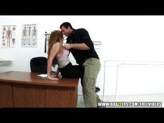 緊張的醫生幫助她的病人