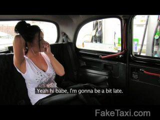 faketaxi我暨在她的屁股在我的出租車的背後