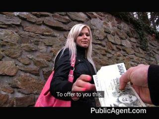 公共代理的金發女郎在公共廁所