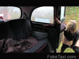faketaxi蘇格蘭金髮美女與一個大屁股