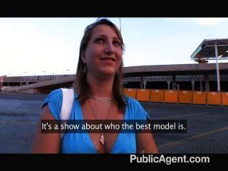 她真的認為她是一個模型