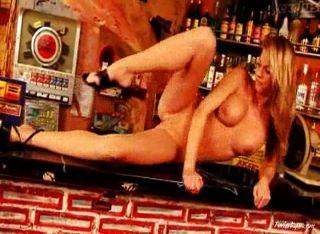 吉娜赤裸在酒吧4