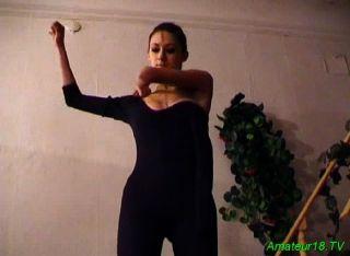 年輕的芭蕾舞演員吮