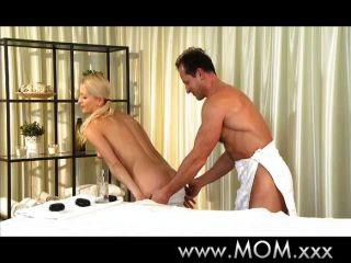 媽媽給她的男人擦和拖