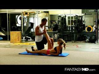 性感的教練騎在健身房的公雞
