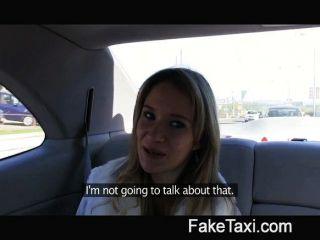 天使被我的大公雞撞在我的出租車上
