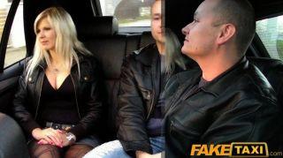 faketaxi大山雀金發他媽的後座上