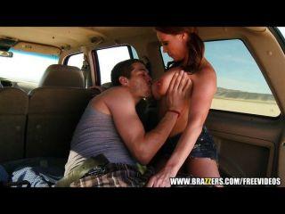 brazzers女牛仔騎公雞在她的車
