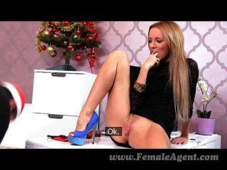 女性壞的聖誕老人得到了偉大的腳的工作