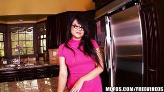 小亞裔妻子在廚房裡使用