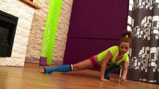 赤裸青少年的體操運動員顯示色情鍛煉