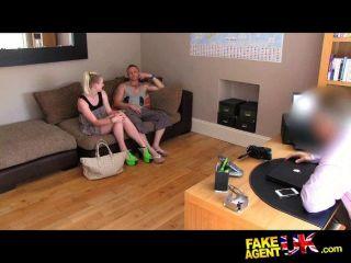 三人行性愛輪盤賭在鑄造沙發上