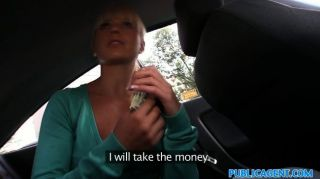 publicagent白膚金發的在汽車的現金的人