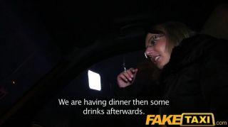faketaxi金發女郎在出租車中得到她的套件