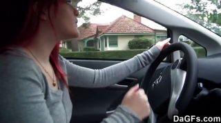 顯示在汽車的紅頭髮人emo山雀