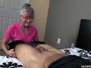 角質奶奶吸一個年輕的傢伙