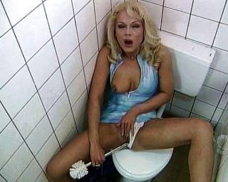 廁所蕩婦喜歡他媽的和吸