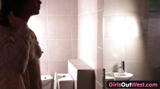毛茸茸的澳大利亞女同性戀者在浴室