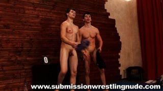 最好的裸體男性摔跤比賽