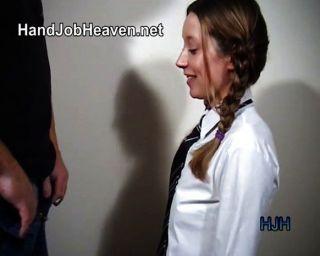 被辮子的女大學生給一個handjob