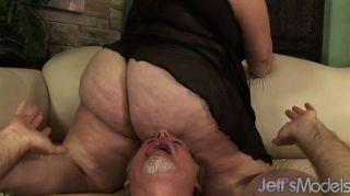 bbw安吉麗娜窒息一個人與她的胖屁股