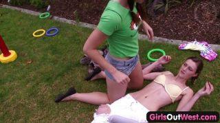 女孩可愛的年輕女同性戀做愛