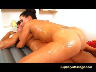 性感的淺黑膚色的濕滑的按摩和猛拉
