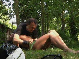 性感黑髮打屁股和性交在樹林裡