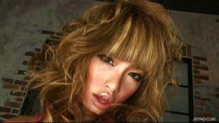 rumika在熱粉紅色展示了她的大乳頭