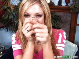 性感的金髮美女艾美布魯克給一個好的手活