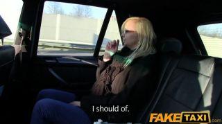 faketaxi眼鏡金發上在後座上