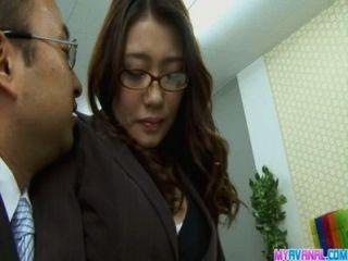 性感的辦公室小雞彎曲和他媽的核心由她的老闆