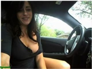 性感的女孩手淫和閃光在她的在凸輪的汽車