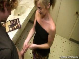 金發女郎在浴室裡得到一個cumblast