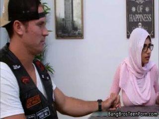 穆斯林母親和女兒反對他們的宗教