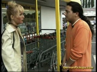 德國女士在商店拿起