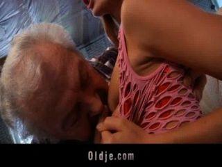 爺爺幸運他媽的一個性感的年輕紅頭髮人寶貝