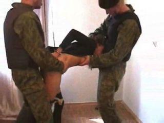 狙擊手女孩被迫與兩個烈士做愛
