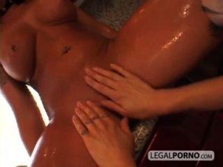 兩個有角的女同性戀者變濕在廚房bp 3 04
