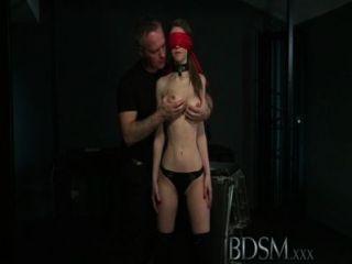 bdsm xxx年輕的大胸部sub得到硬肛門從她的主人