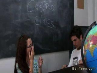 豐滿的老師幫助夫婦在手中在教室裡