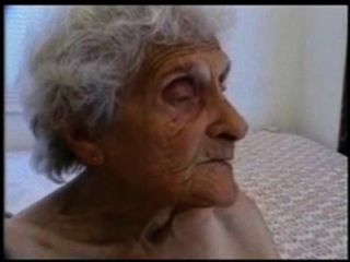很老的奶奶仍然愛上了他媽的
