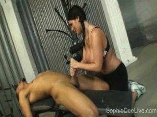 健身房蕩婦蘇菲德迪採取一個大黑公雞在她的屁股在健身房!