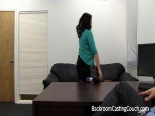 女孩下一個詠嘆調性交&餅在鑄造沙發上