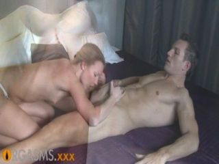 性高潮薄金發享受充滿激情的前戲和他媽的